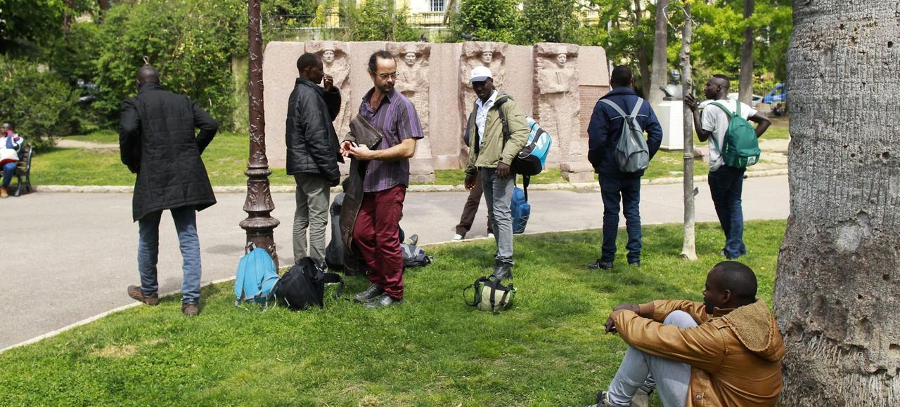 À Nice, en avril, des migrants originaires d'Afrique, accompagnés par le militant Cédric Herrou, figure de l'association Roya Citoyenne, attendent l'ouverture de la plateforme d'accueil des demandeurs d'asile.
