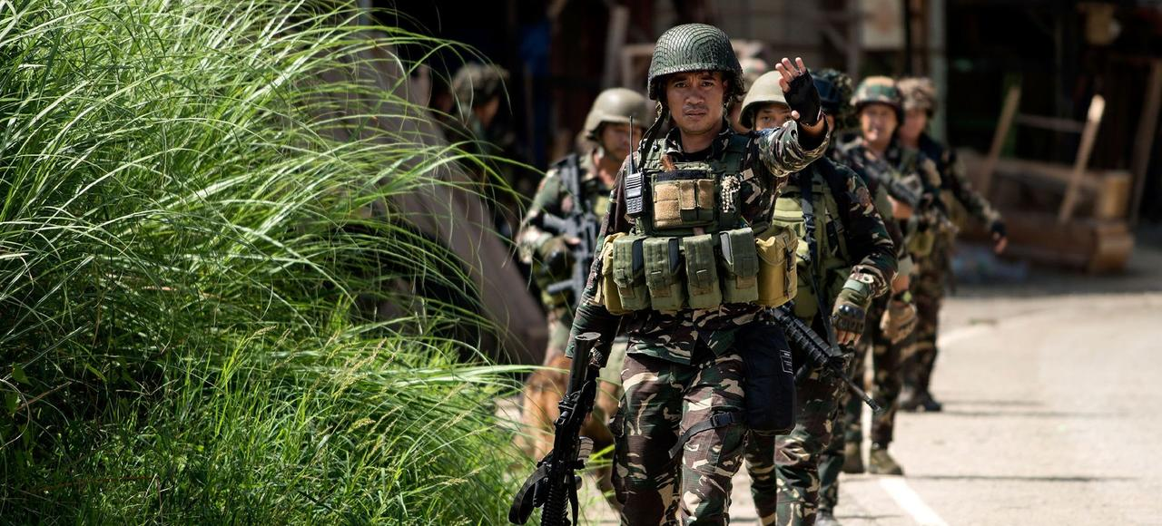 Mardi, des soldats philippins patrouillent dans une rue de Marawi, dans le centre de l'île de Mindanao.Les rebelles islamistes contrôlent environ 20% de la ville.
