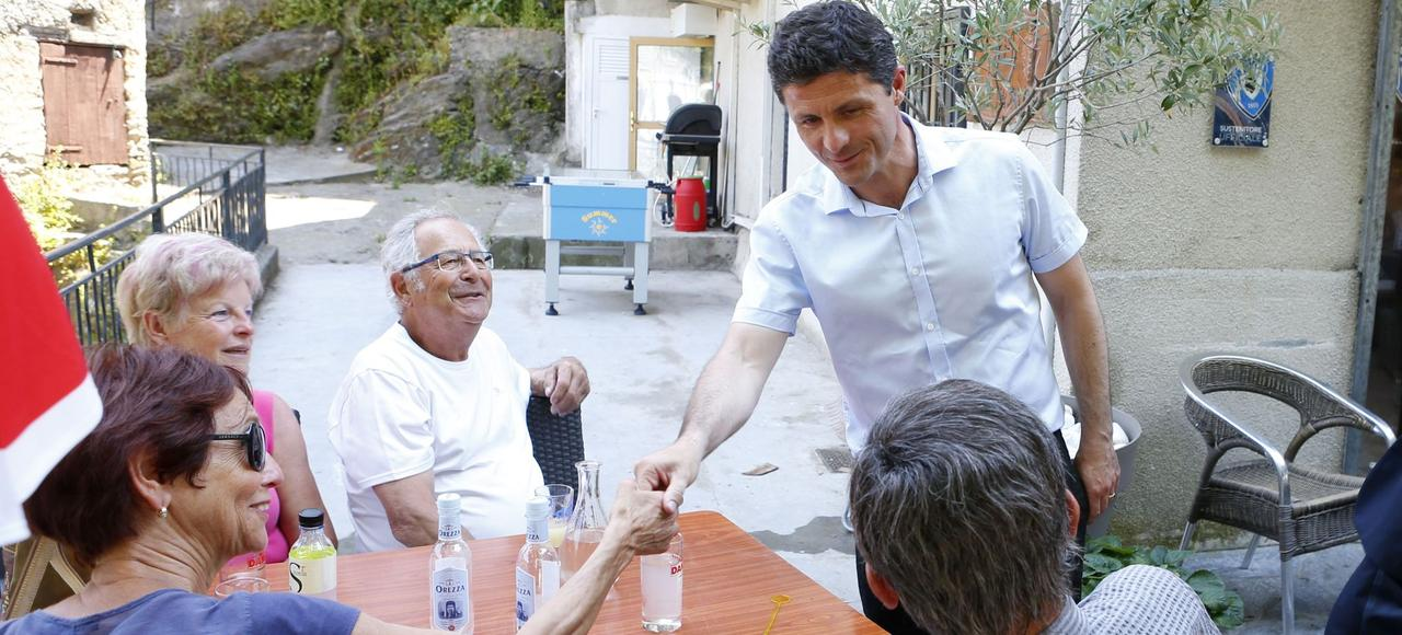 Jean-Felix Acquaviva (debout), candidat nationaliste dans la 2e circonscription de Haute-Corse, était arrivé en tête avec 36% des suffrages au premier tour des législatives.