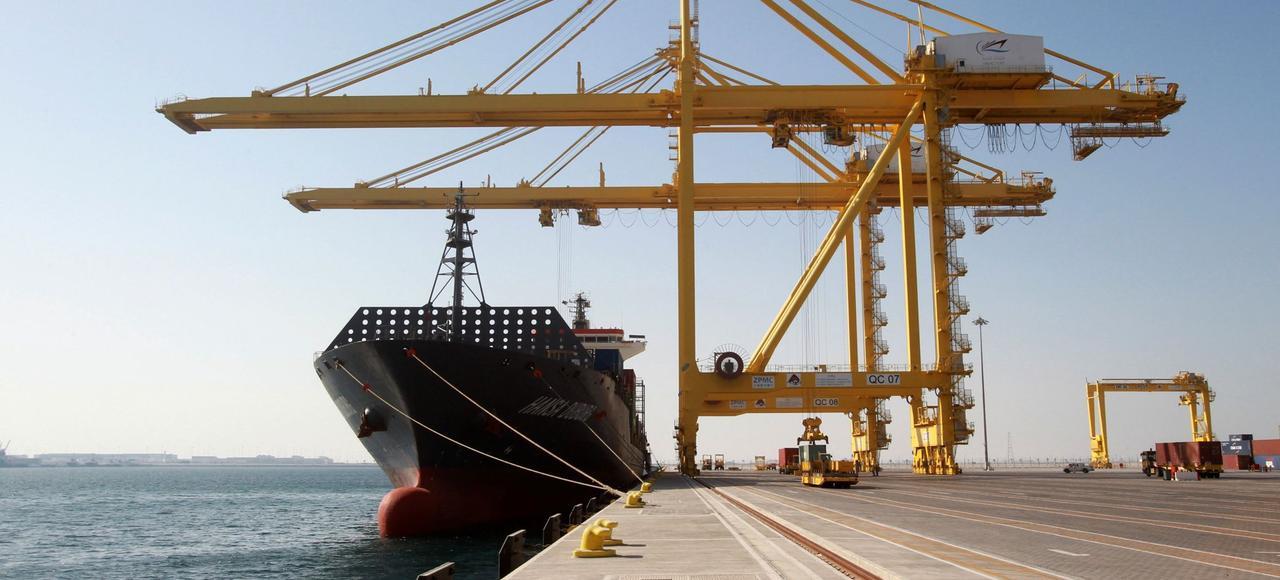 Un porte-conteneurs au port de Hamad à Doha au Qatar.