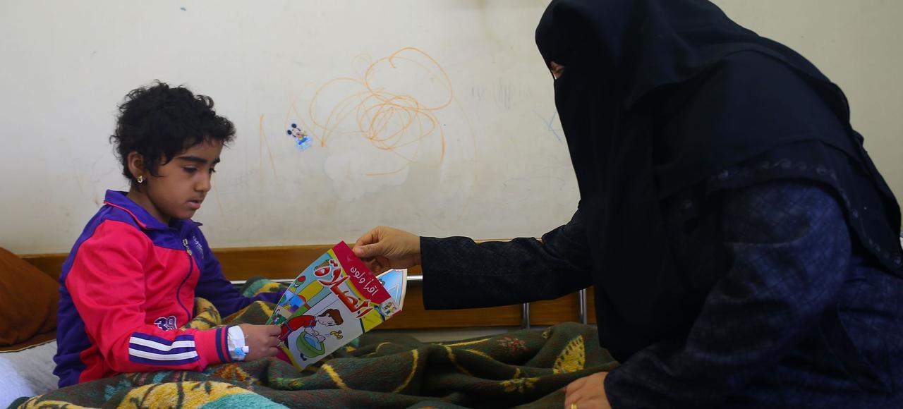 Une jeune fille souffrant d'un cancer et sa mère à l'hôpital al-Rantissi, à Gaza.