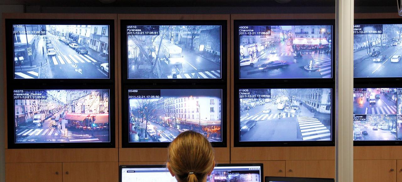Un agent surveille ses écrans à partir d'un PC de sécurité, ici à Paris.