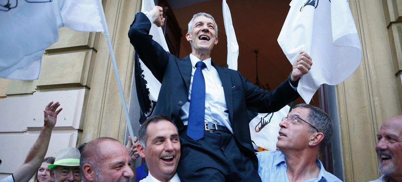 Michel Castellani (au centre) célèbre, dimanche soir, à Bastia, sa victoire aux législatives en compagnie du président du conseil régional, Gilles Simeoni, et du maire de Bastia, Pierre Savelli.