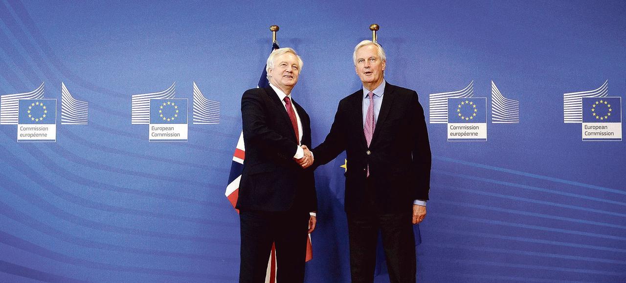 David Davis, le ministre du Brexit, et le chef négociateur européen Michel Barnier, lundi à Bruxelles.