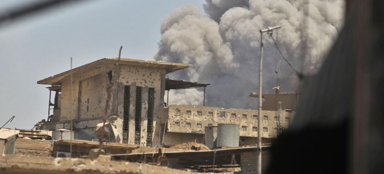 Qayyarah se trouve à 60 km de Mossoul, où de la fumée s'élève dans le ciel après l'explosion d'une voiture piégée, lundi, dans la vieille ville, où l'assaut final contre l'État islamique a été lancé.