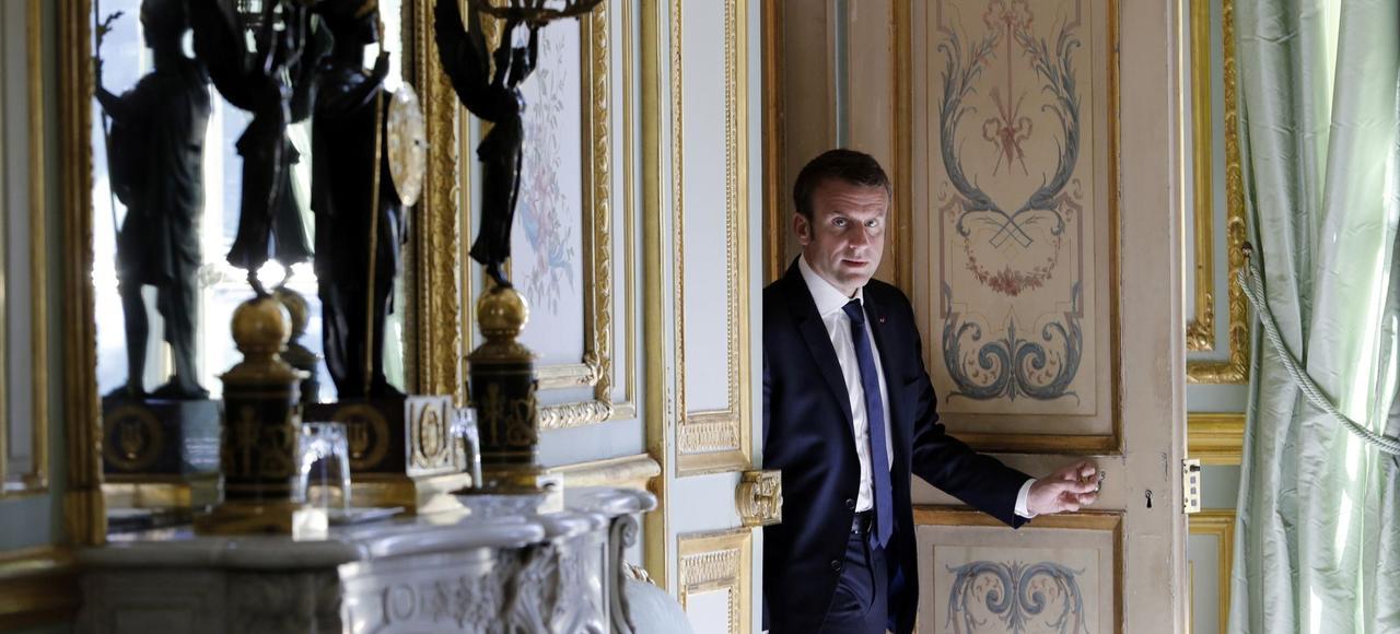 Emmanuel Macron à la sortie de son bureau, à l'Élysée.