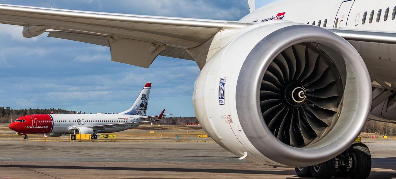 La compagnie Norwegian place ses avions neufs, des Boeing 787 rouge et blanc, un peu partout en Europe pour multiplier les liaisons transatlantiques.