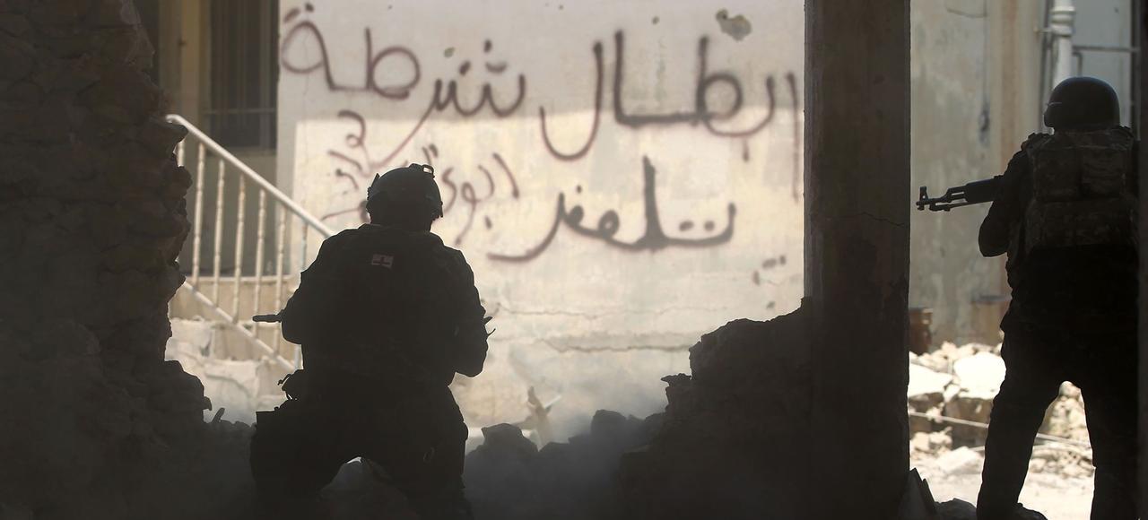 Des membres des forces irakiennes tiennent une position face à des combattants de Daech, lundi à Mossoul.