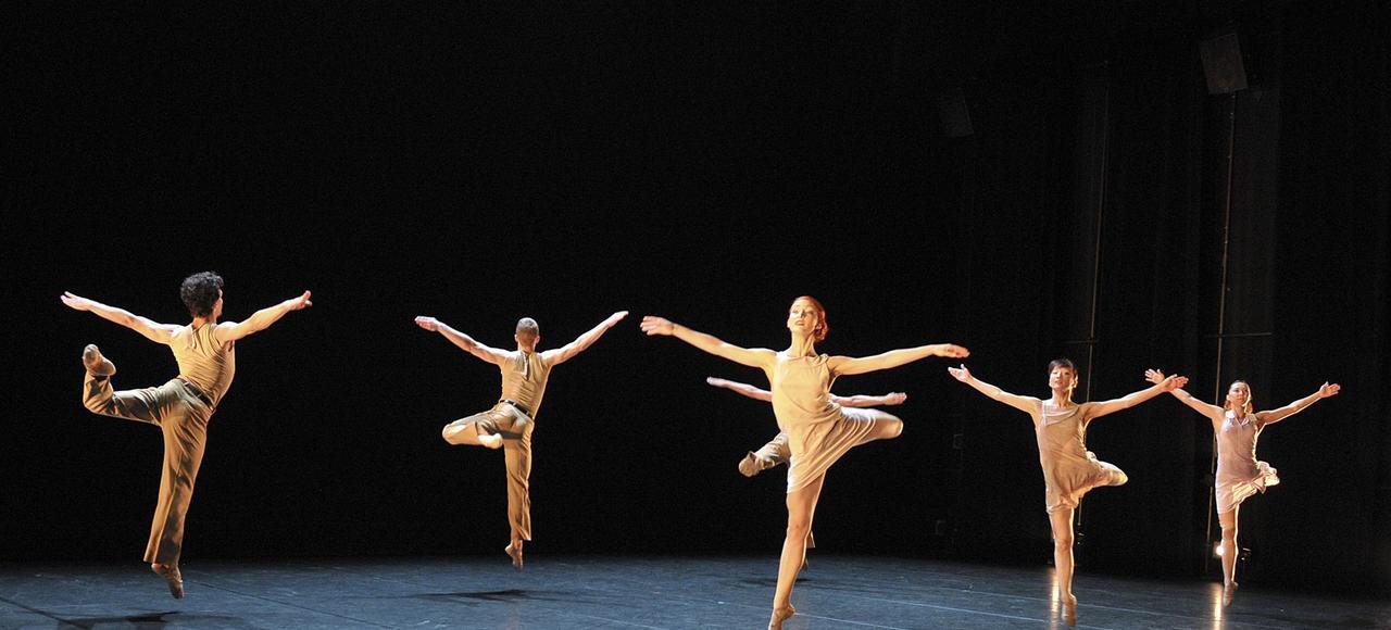 «La Stravaganza» créée en 1997 sur la musique de Vivaldi entrecoupée de bruits organiques, compte parmi les grands succès du New York City Ballet.