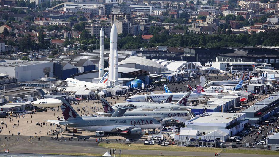 Les visiteurs peuvent admirer quelque 150 avions commerciaux et militaires, des hélicoptères ainsi que des drones.