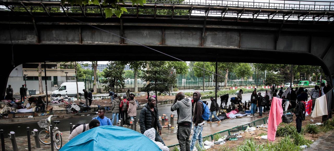 Paris 1000 migrants dorment aux alentours du centre de premier accueil - Le five paris porte de la chapelle ...