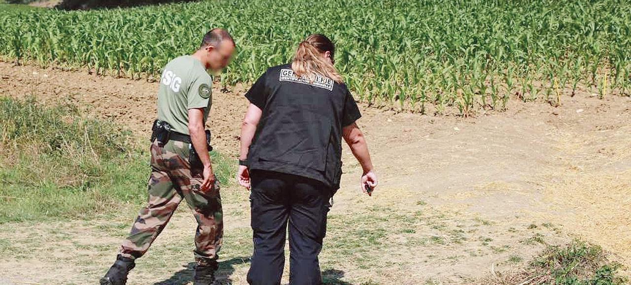 Les enquêteurs de la gendarmerie sur les lieux de l'agression, à Laroque-Timbaut, dans le Lot-et-Garonne.