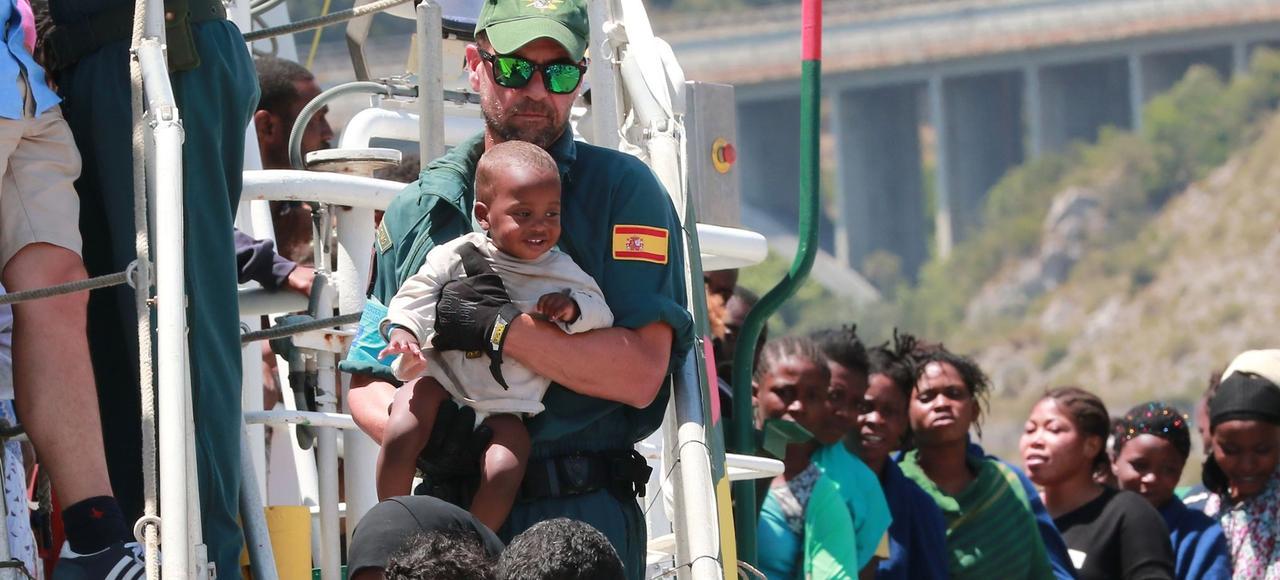 Des sauveteurs espagnols débarquent jeudi des migrants africains secourus en Méditerranée dans le port italien de Salerne.