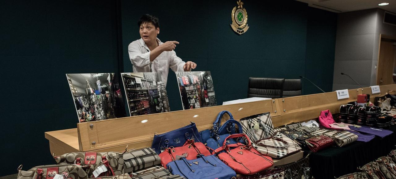 Des sacs de contrefaçon exposés par les douanes à Hongkong. Selon le rapport européen, la cité-État serait une plaque tournante pour l'expédition de copies, commandées sur Internet en Europe.