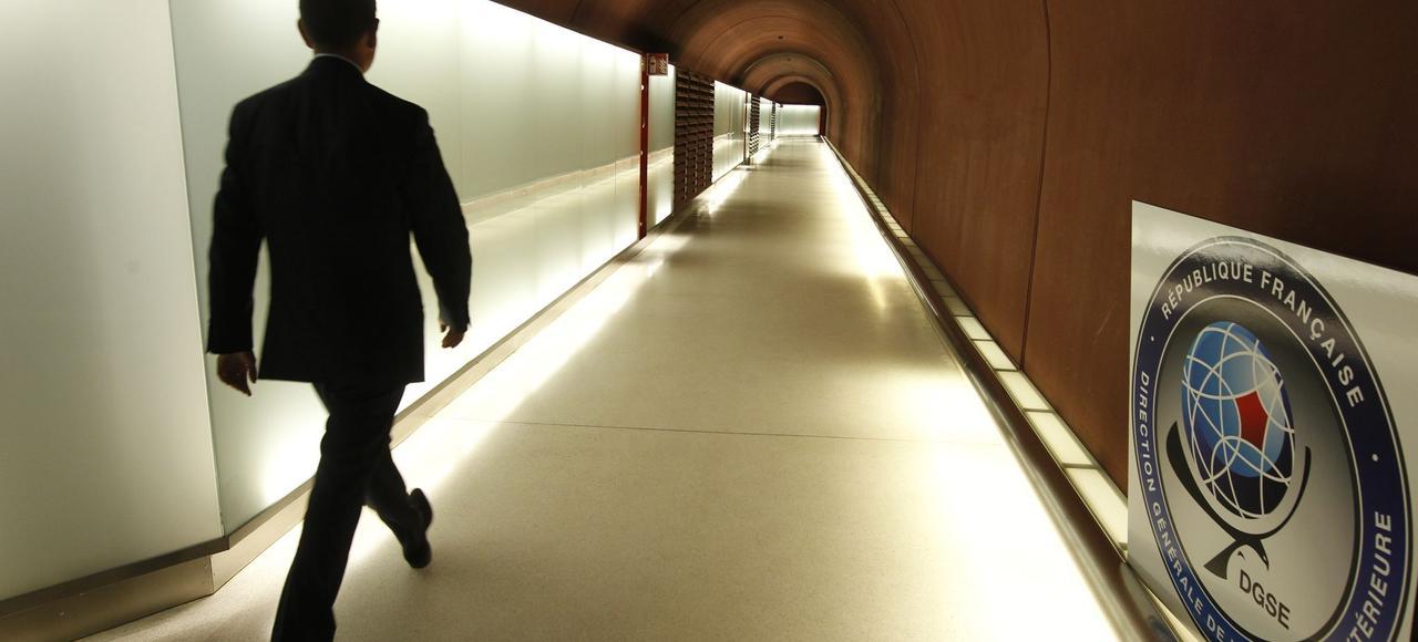 Un agent de la DGSE (Direction générale de la sécurité extérieure) traverse l'un des nombreux tunnels que la fameuse «Centrale» abrite.