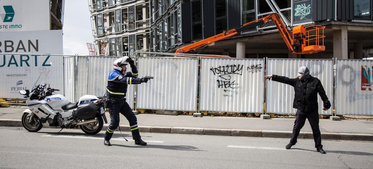 Lors d'une manifestation «Ni LePen ni Macron» le 27avril dernier, un motard de la police a dû sortir son arme pour ne pas être lynché par des ultras de la gauche révolutionnaire.