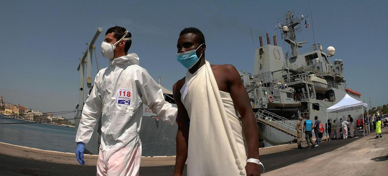 Un secouriste italien aide un migrant lors d'un débarquement à Brindisi, vendredi dernier.
