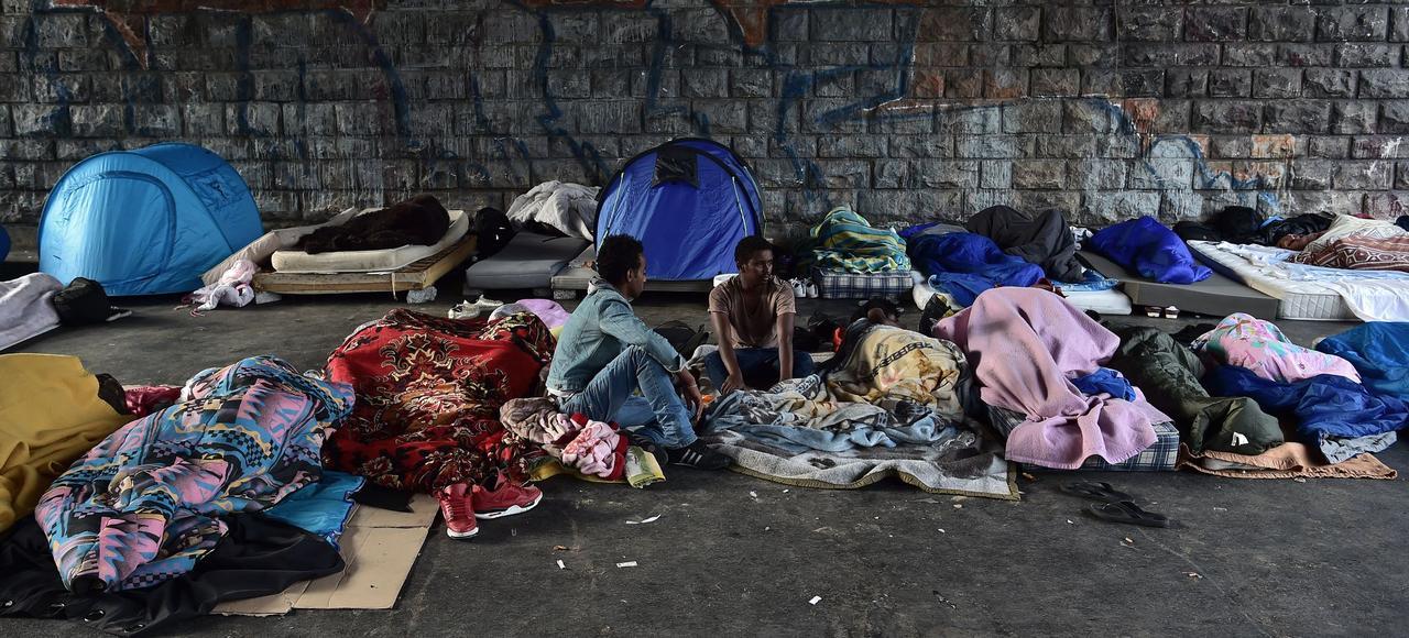 Des milliers de migrants sont entassés porte de la Chapelle, à Paris, dans des conditions déplorables.