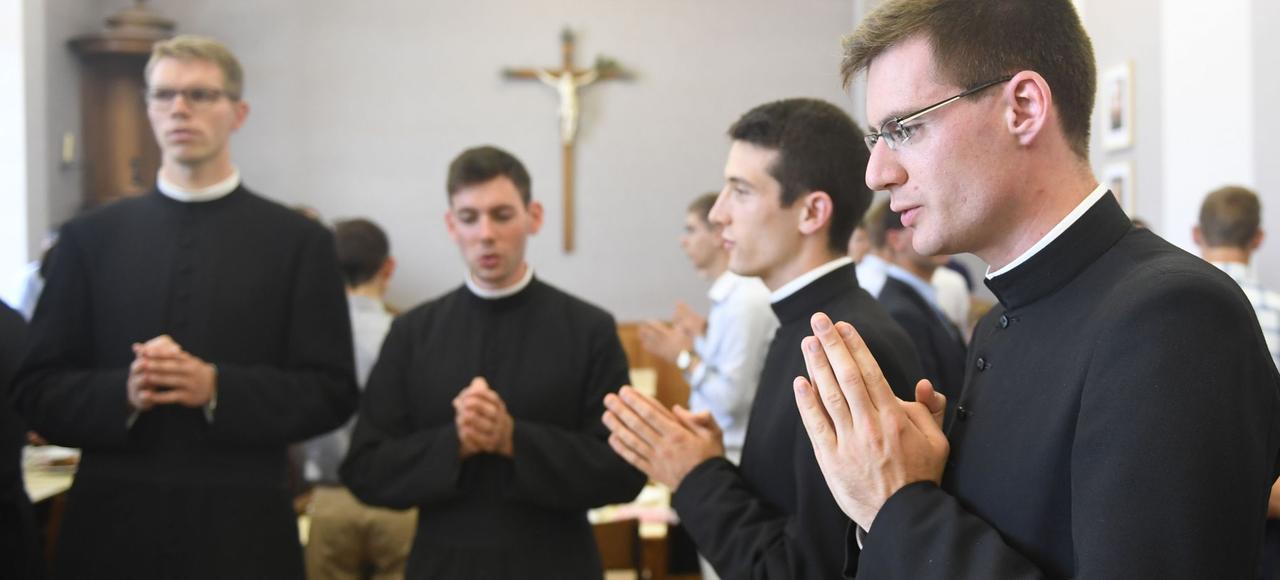 Avant l'ordination d'un prêtre de la communauté Saint-Martin, le 24 juin, à la basilique d'Évron (Mayenne).