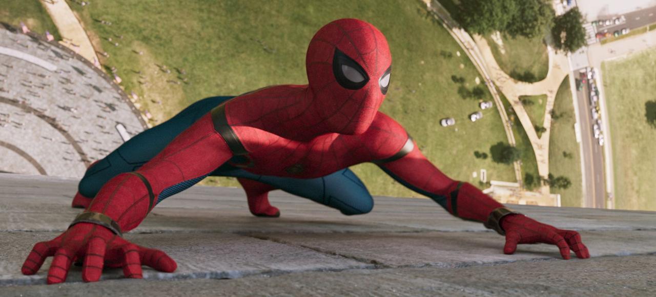 L'intérêt principal de Spider-Man: Homecoming est de proposer une lecture contemporaine du personnage (incarné par Tom Holland), en le transposant dans la peau d'un adolescent des années 2017.