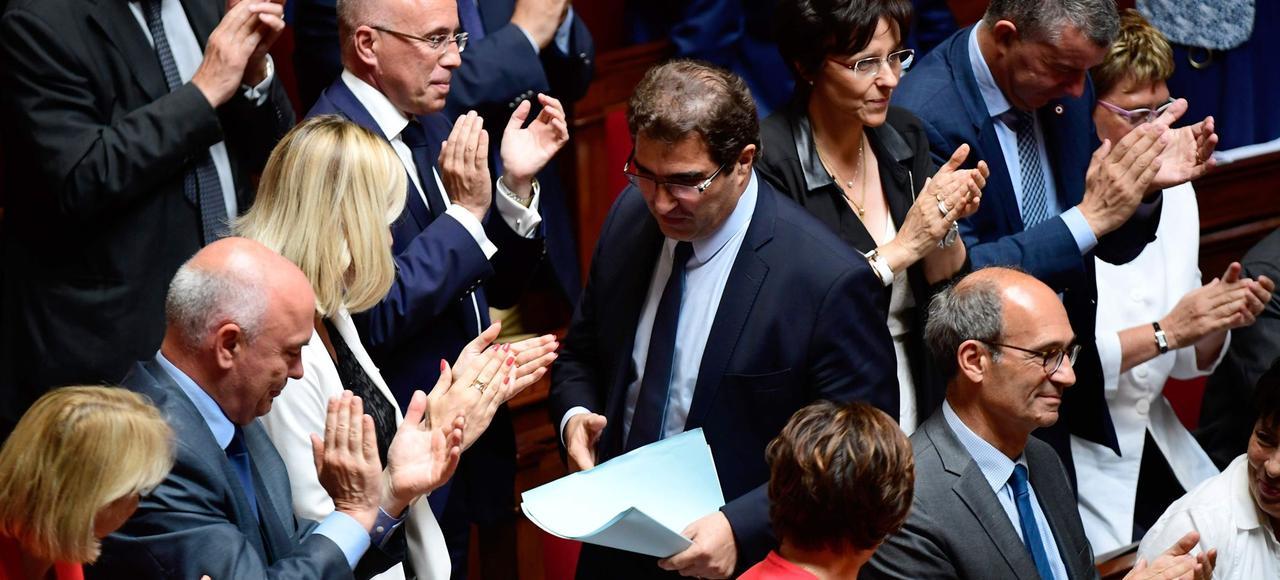 Les députés LR applaudissent Christian Jacob, après sa réaction au discours de politique générale d'Édouard Philippe, le 4 juillet 2017.