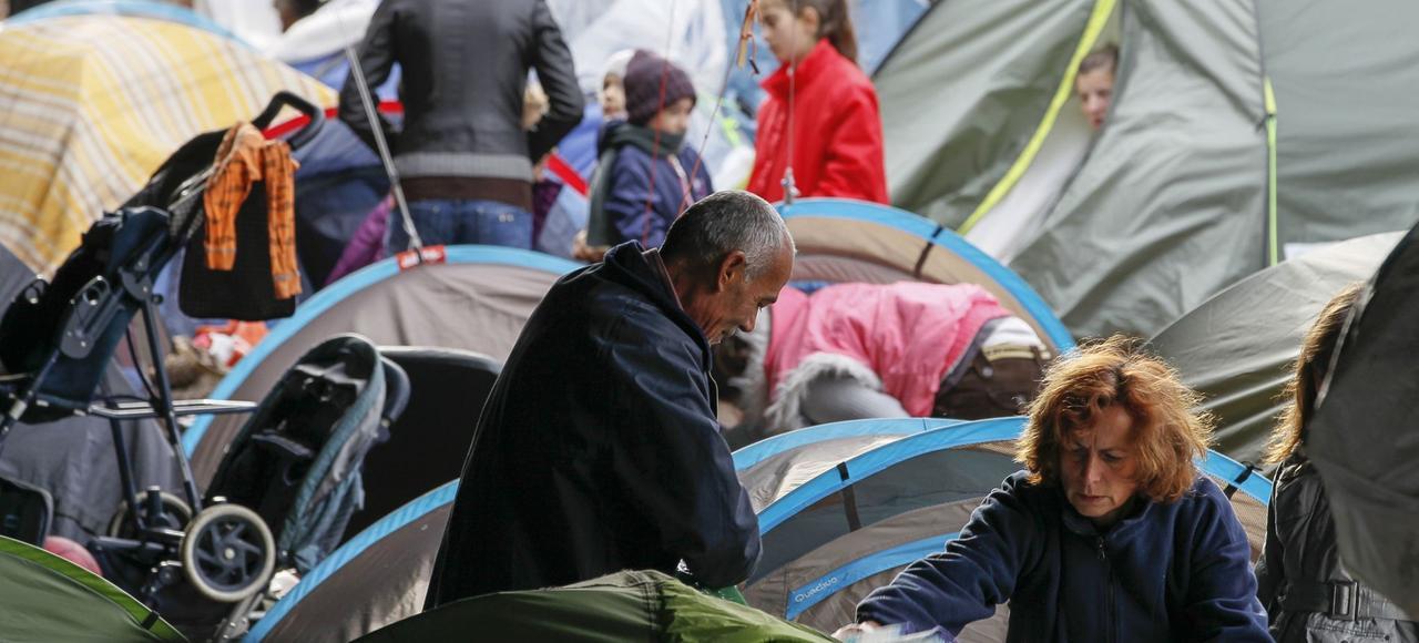 Un camp de migrants, parmi lesquels beaucoup d'Albanais, sous l'autoroute A6, à Lyon, en octobre 2013.