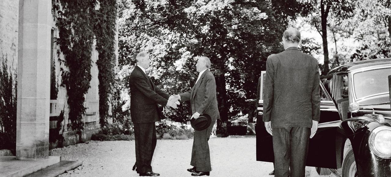 Charles de Gaulle accueille Adenauer le 14 septembre 1958, au domaine de la Boisserie, à Colombey-les-Deux-Églises, en Haute-Marne.