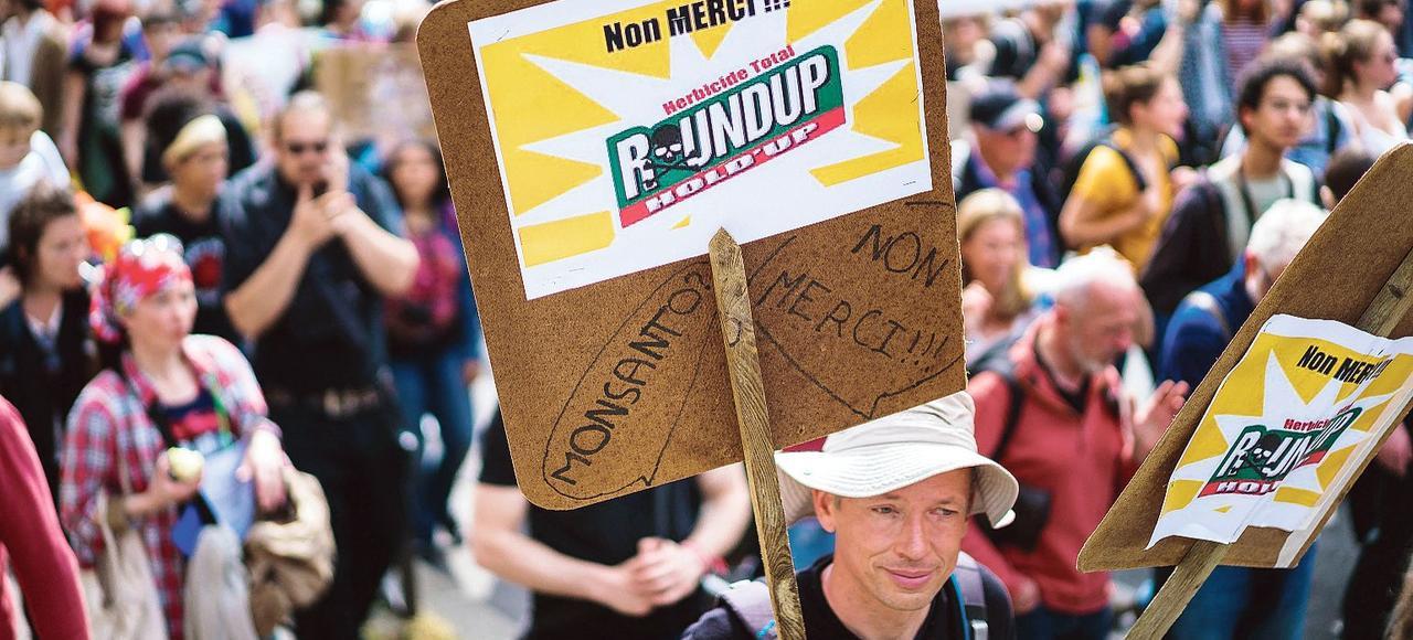Plusieurs centaines de personnes se sont rassemblées, le21 mai 2016 à Paris, contre le géant américain de la biotechnologie agricole Monsanto et réclamer l'interdiction des pesticides et les OGM.