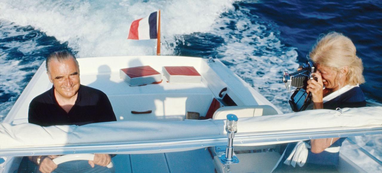 Georges Pompidou aux commandes d'un bateau «Arcoa» avec son épouse Claude le photographiant lors de leurs vacances à Bregançon.