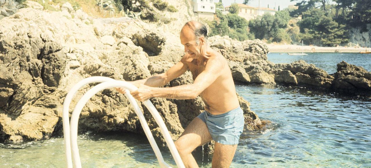 Fraîchement élu, Giscard d'Estaing séjourne à Saint-Jean-Cap-Ferrat avec sa femme, Anne-Aymone, et ses quatre enfants, en août 1974. Le nouveau président en profite pour montrer sa jeunesse et son dynamisme.