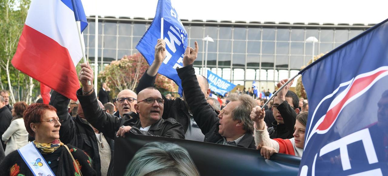 Des militants FN agitent banderoles et drapeaux à l'occasion d'un meeting de Marine Le Pen à Villepinte, le 1er mai 2017.