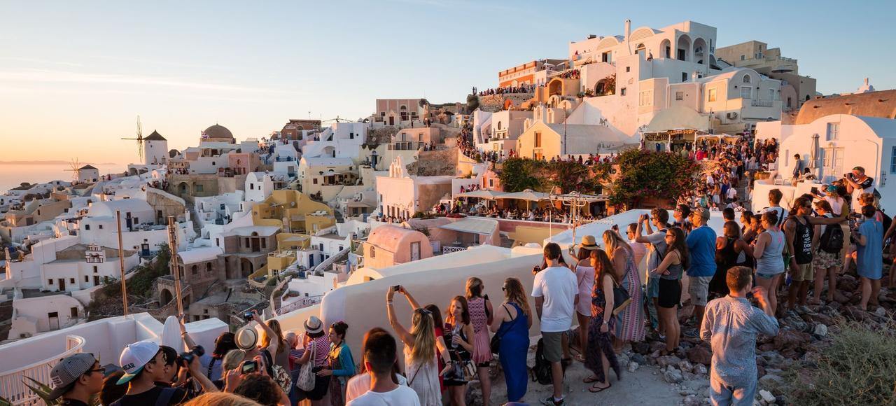 Les soirs d'été, jusqu'à 70.000 touristes viennent applaudir le spectaculaire coucher de soleil sur la caldeira de Santorin