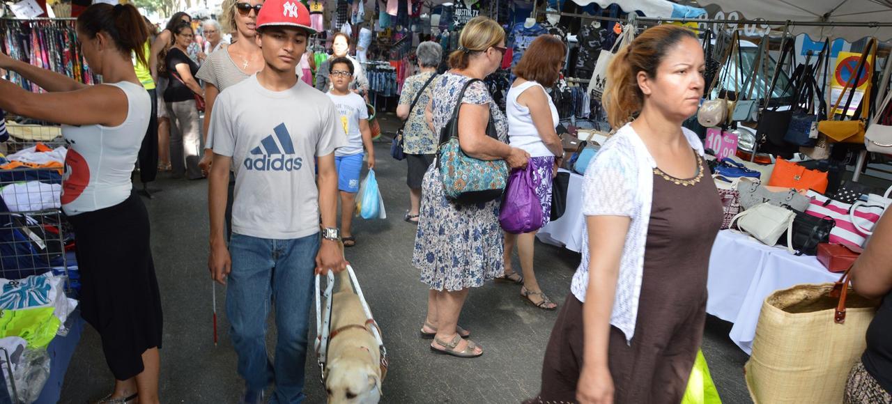 Joshua et son labrador Litchi, dans les allées du marché de Cavaillon (84).