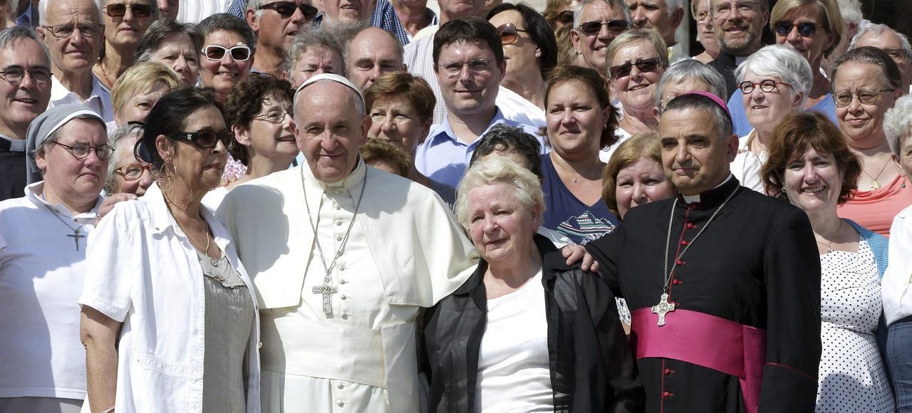 Le pape François, Roseline Hamel (sœur du prêtre assassiné, à la gauche du pape) et Mgr Dominique Lebrun (à droite), en septembre 2016.