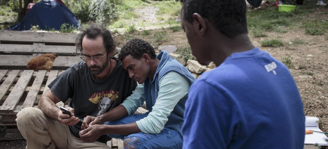 Cédric Herrou (à gauche) en compagnie de migrants dans sa ferme de Breil-sur-Roya, en octobre 2016.