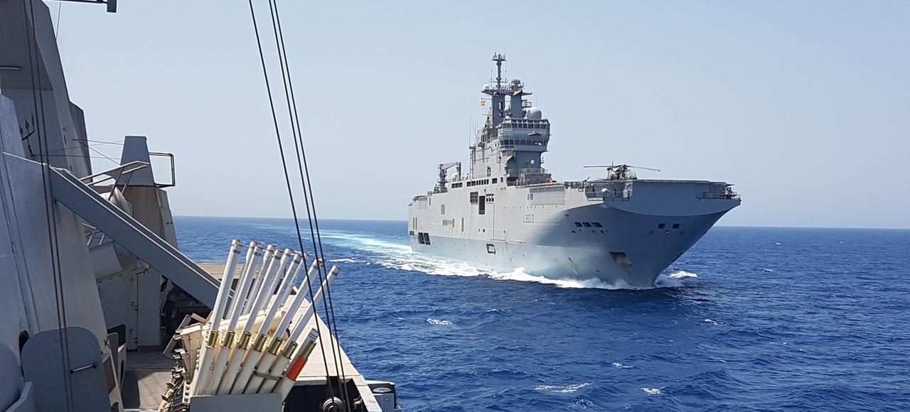 Vu depuis la frégate <i>Le Courbet</i> qui le protège, le bâtiment de projection et de commandement (BPC) <i>Mistral</i> pendant sa mission en mer Rouge.