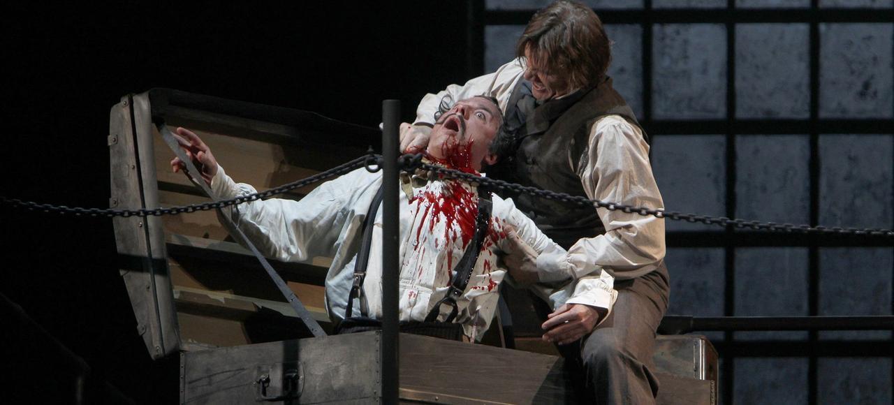 Sur la scène du Théâtre du Châtelet, à Paris, en mai 2011, Rod Gilfry (Sweeney Todd) et David Curry (Pirelli) dans <i>Sweeney Todd</i> de Christopher Bond, mis en scène par Lee Blakeley, avec David Charles Abell à la direction musicale.
