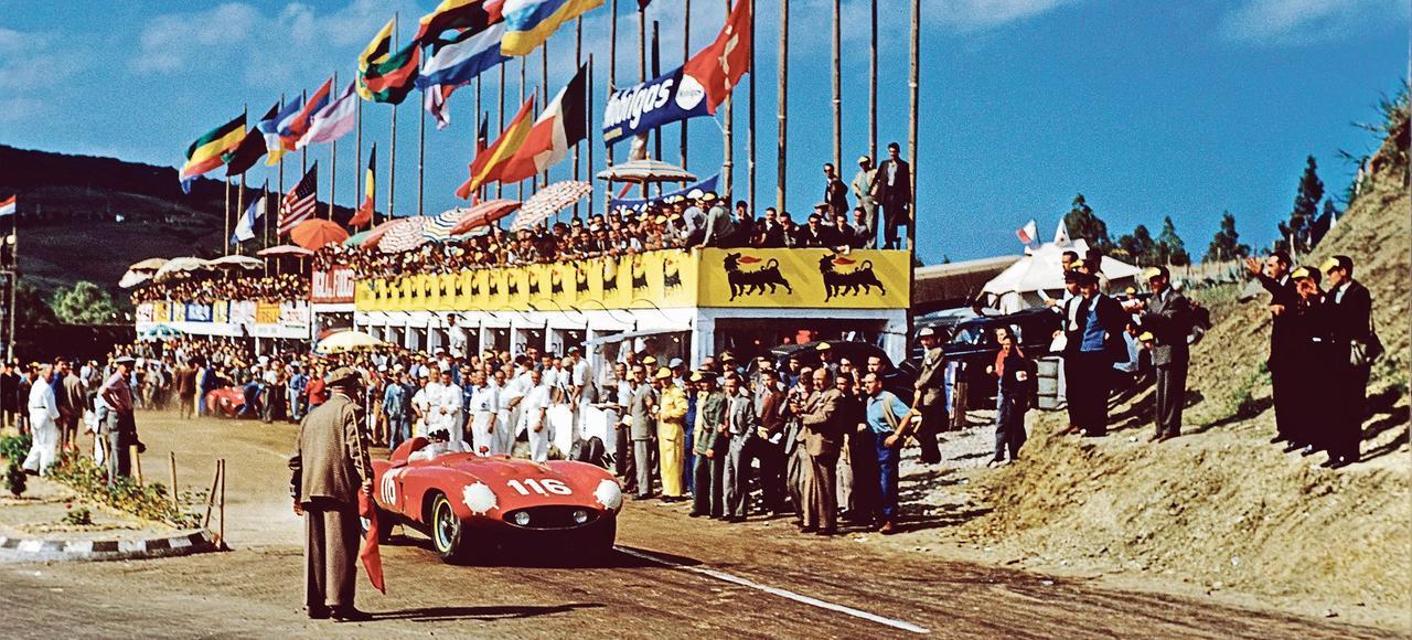 1955: la Ferrari 860 Monza de l'équipage italo-français Castellotti-Manzon s'est longtemps battue pour la victoire, échouant finalement à la 3e place, derrière deux Mercedes 300 SLR, à la suite d'une crevaison.
