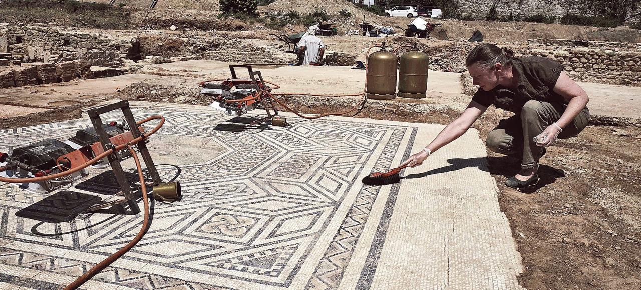 Sur le site de Sainte-Colombe, en bordure du Rhône, les archéologues ont mis au jour une partie de la Vienne romaine comprenant de riches demeures ornées de mosaïques ainsi qu'un vaste espace public.