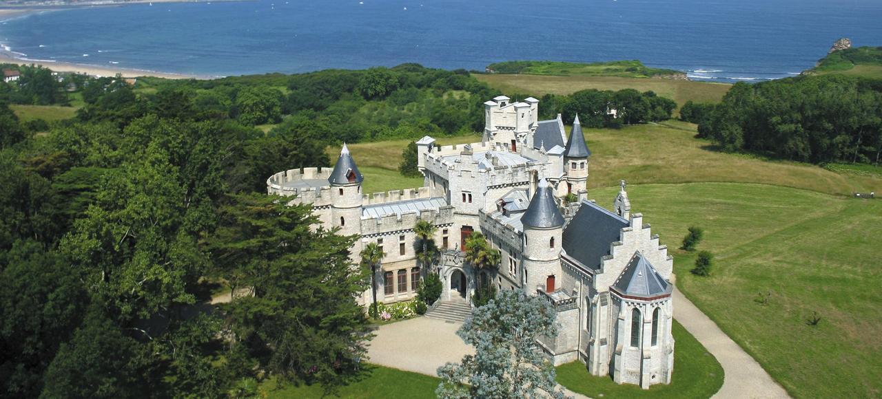 Dominant l'Atlantique, l'édifice, ses murs et son parc racontent et transmettent les savoirs d'Antoine d'Abbadie.