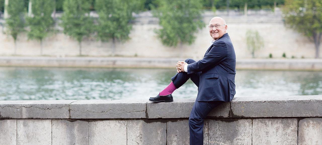 Michel Sapin pose en toute décontraction sur les quais de la Seine à Paris, au mois de juillet.