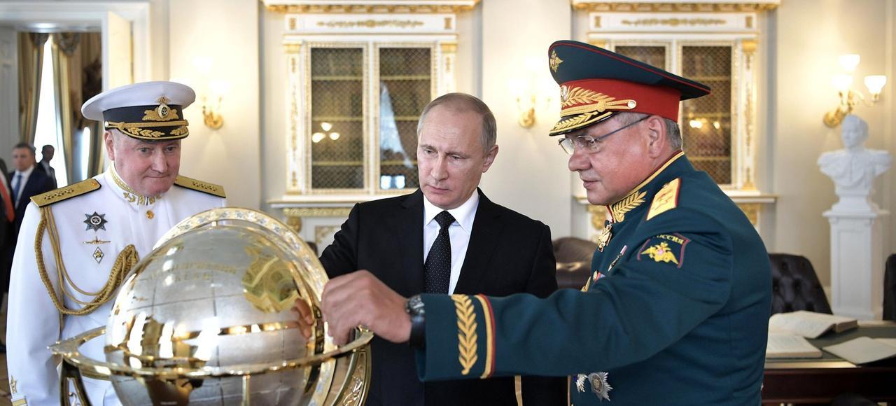 Le président russe et le ministre de la Défense Sergei Shoigu visitent l'Amirauté lors des cérémonies du Jour de la marine russe, le 30 juillet à Saint-Pétersbourg.
