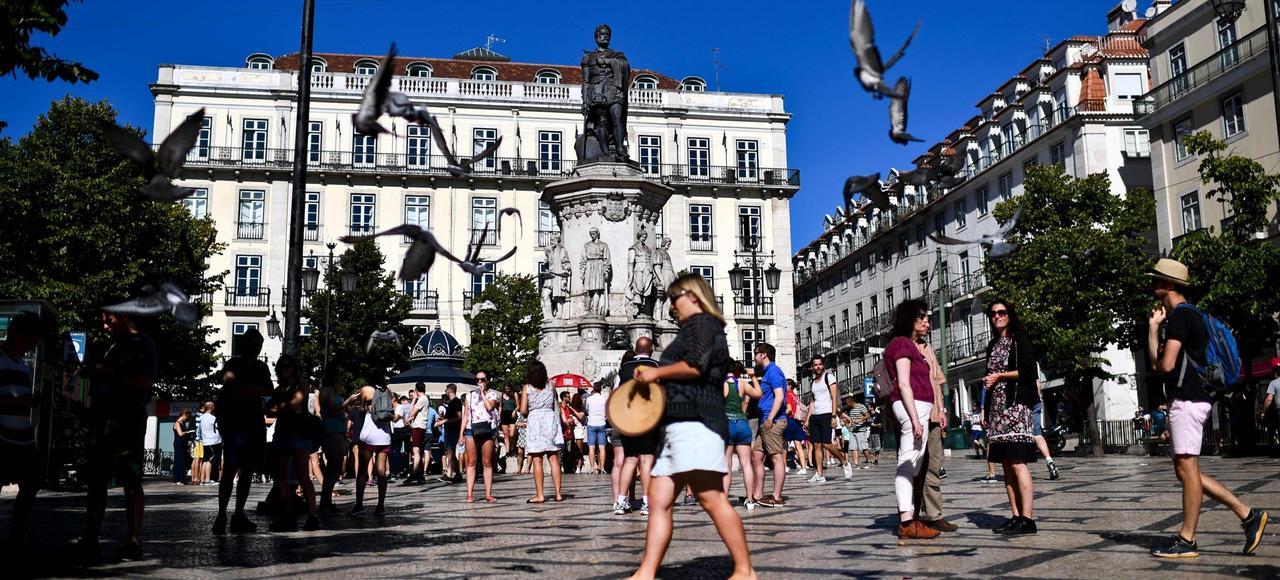 Une place de Lisbonne. Au Portugal, le tourisme a le vent en poupe, aidé par une politique proactive du gouvernement qui attire les retraités européens.