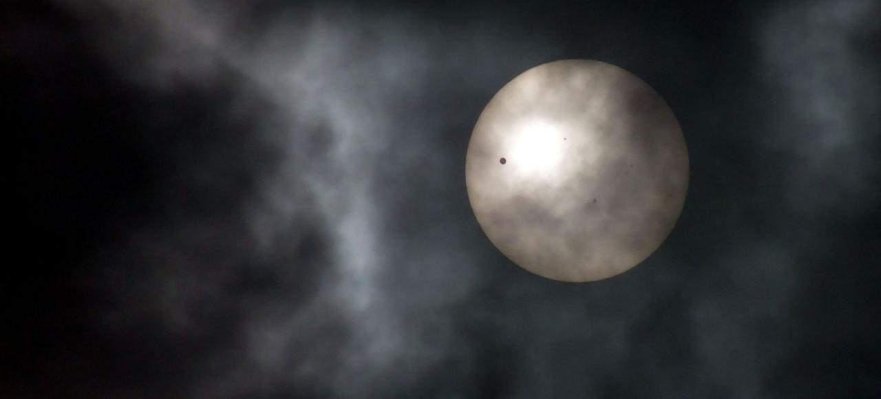 En observant le passage de la planète Vénus devant le Soleil, en notant la durée de ce transit (une petite tache noire qui parcourt le Soleil) avec beaucoup d'autres données -, on peut connaître sa distance à la Terre. C'était la mission de Guillaume Le Gentil.