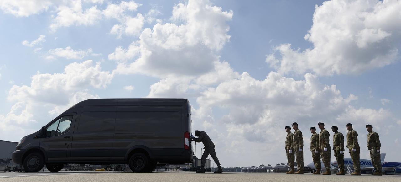 Un véhicule transporte les corps de deux militaires américains victimes, le 2 août à Kandahar, d'une attaque-suicide contre un convoi de l'Otan, après leur arrivée sur la base aérienne de Dover, dans le Delaware.