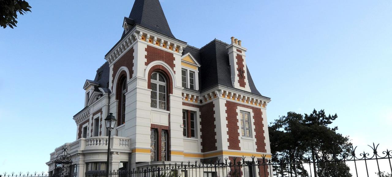 La bâtisse est la première du genre construite sur la pointe de la Malouine, en 1893, par Émile Poussineau, un couturier parisien de renom.