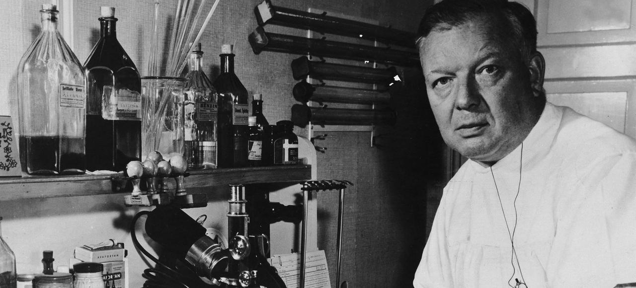 Werner Forssmann (1904-1979), scientifique et médecin allemand, reçu le prix Nobel de médecine en 1956 pour ses travaux sur le cathétérisme cardiaque, dans son cabinet à Bad Kreuznach.