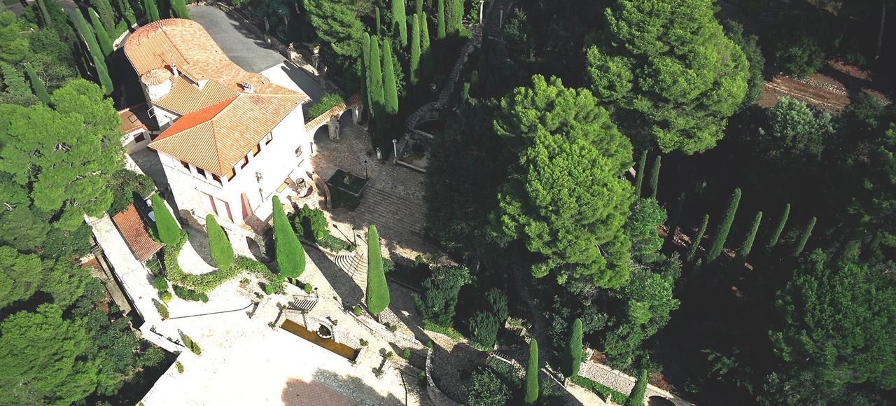 Construite en 1936, la maison d'inspiration toscane abrite l'atelier de Jean-Gabriel Domergue et celui de son épouse, Odette Maugendre-Villers. Leur villa est entourée de jardins exceptionnels.
