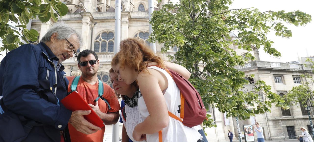 Bernard, «greeter» à Paris, fait visiter la ville à des touristes venant de Vence.