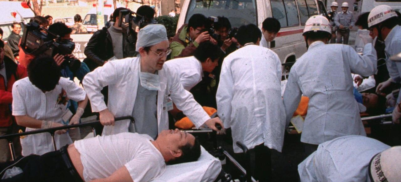 L'attaque au gaz sarin, dans le métro de Tokyo, de la secte Aum fait 13 victimes et 5500 blessés.